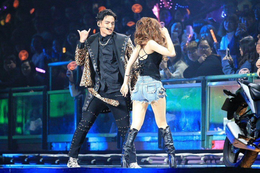 許孟哲(左)跟舞者合跳雙人舞。記者林伯東/攝影