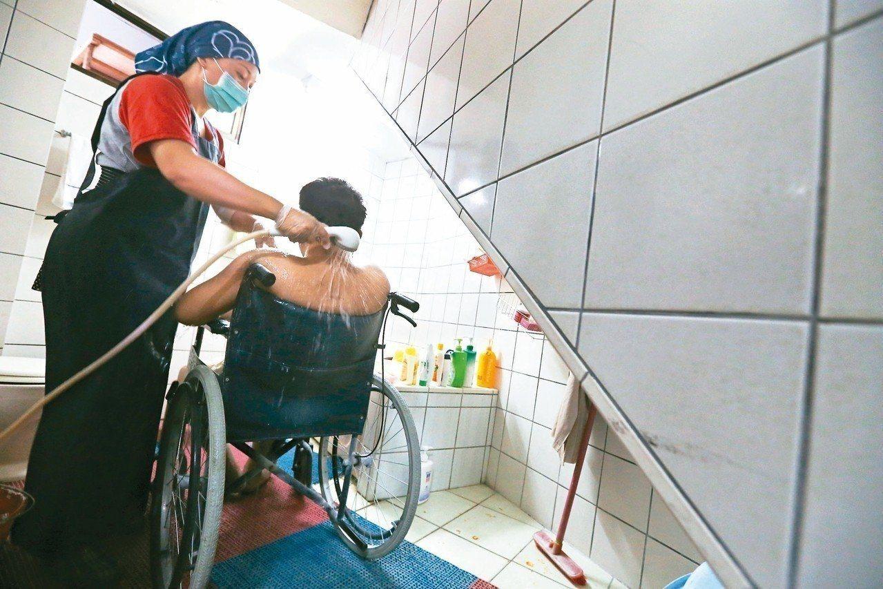 據最新統計,照顧服務員人數去年增至3萬5000多人,比前一年度增加6600多人,...
