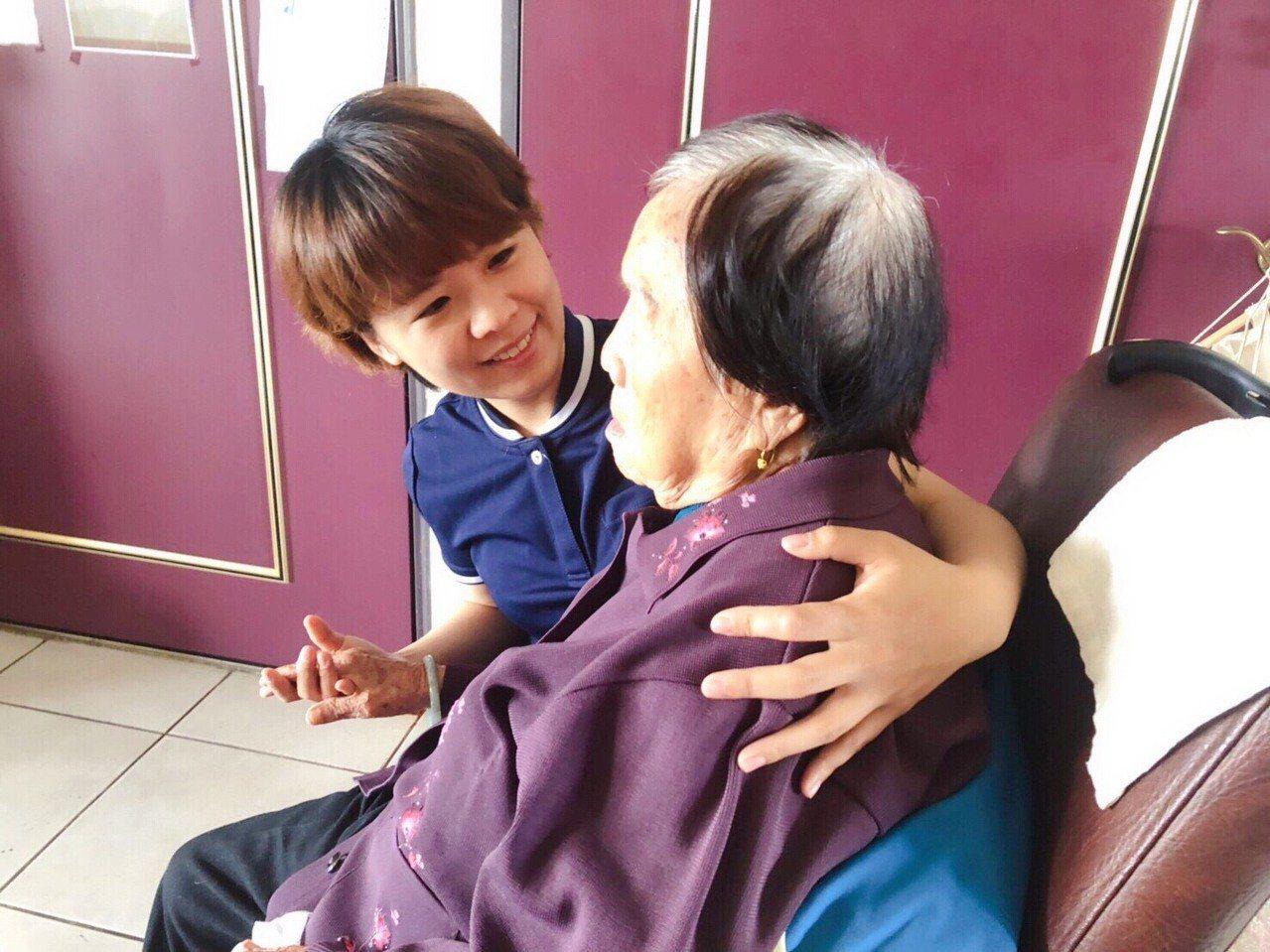 照服員王珮甄(左)留有一頭俏麗短髮且笑容甜美,喜歡陪長者聊童年往事。 圖/御歸來...