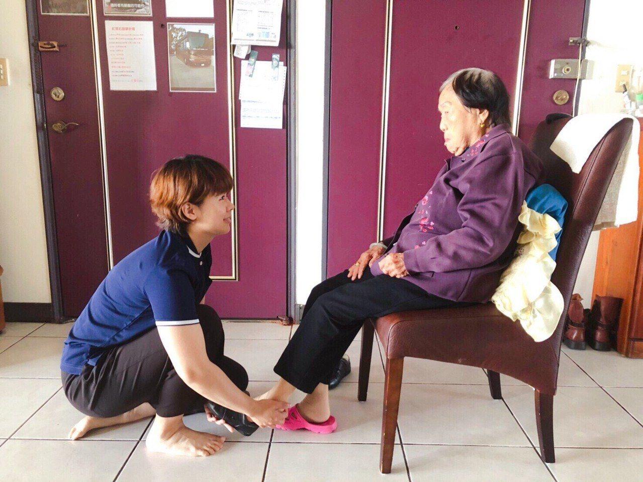 26歲的王珮甄(左)是御歸來居家服務所最高齡的照服員,她服務有耐心而且笑容甜美,...