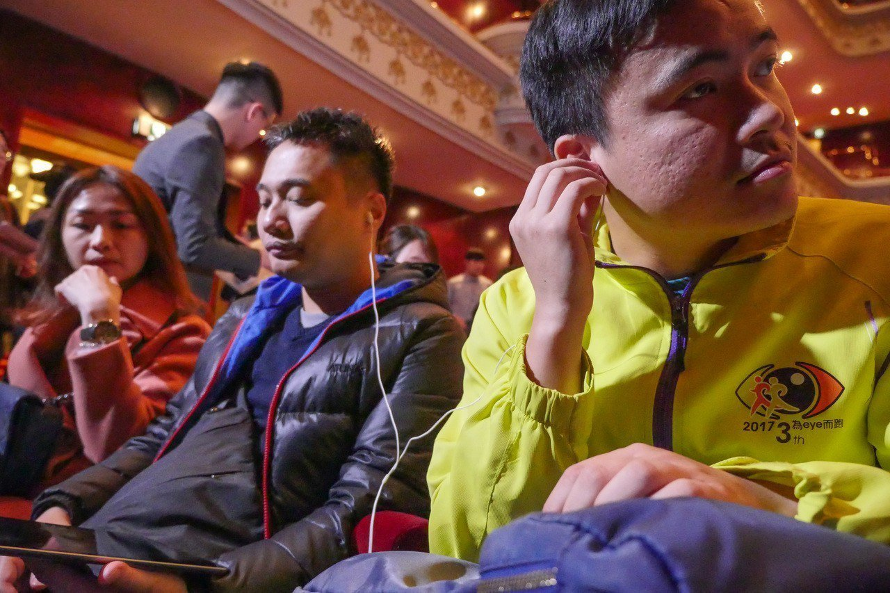 兩廳院圓夢計畫邀請淡江大學視障資源中心16位視障朋友一起體驗由黃翊親自撰稿詮釋的...