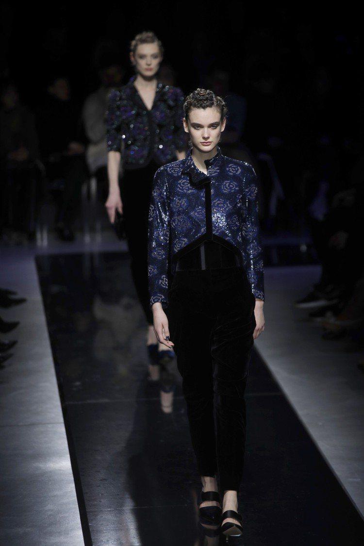 天鵝絨為底的短外套,裝飾了亮片刺繡等作工,讓外觀更為華麗。圖/美聯社