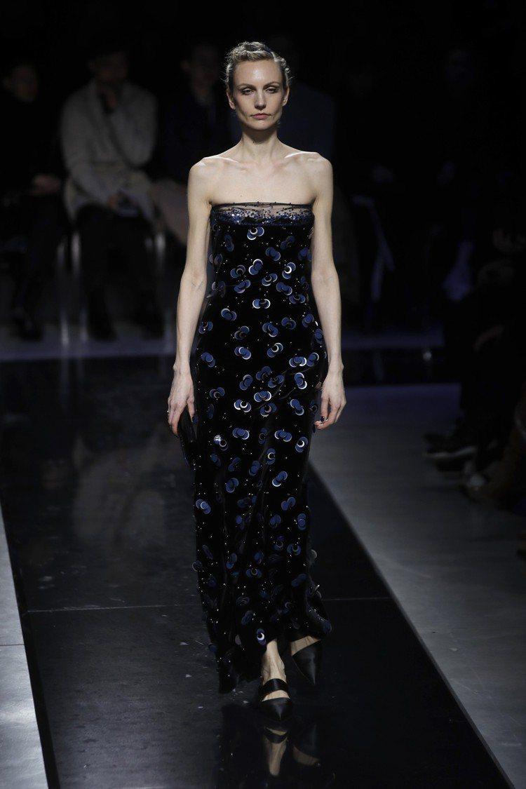 黑色絲絨的禮服,點綴了藍色大型亮片,是本季GIORGIO ARMANI的重點之一...