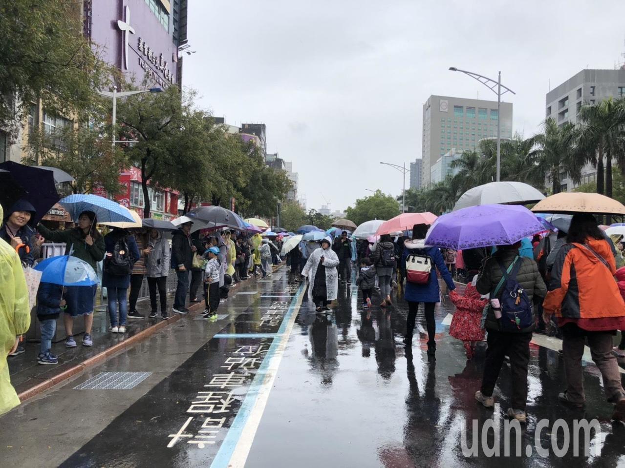 台北燈節踩街嘉年華即將在今天下午3點登場,僅管天氣濕冷,雨勢不小,不過依然澆不息...