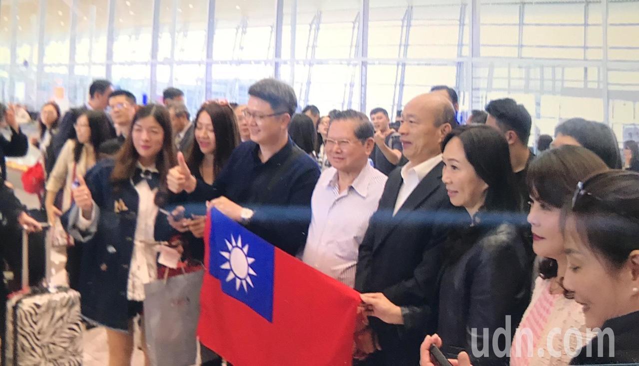 高雄市長韓國瑜抵達馬來西亞,僑胞舉國旗接機。記者蔡孟妤/攝影