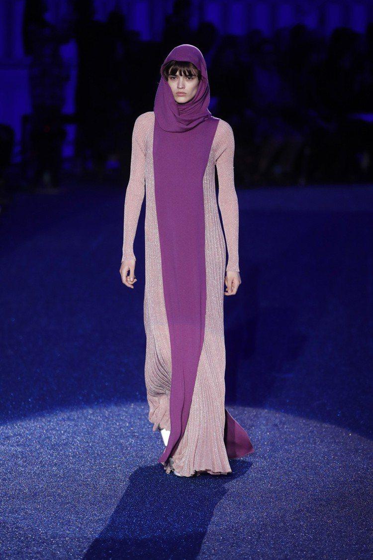 Missoni長袍式的色塊服裝,其靈感來自七〇年代的時尚,特色就是細長的剪裁。圖...