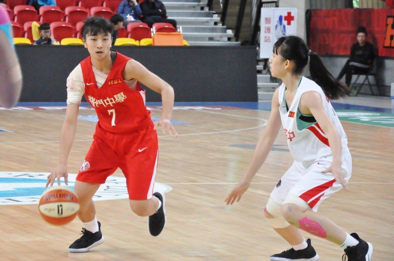 普門陳郁婷(左)右肩韌帶撕裂,忍痛仍攻下平個人最佳的15分。記者曾思儒/攝影