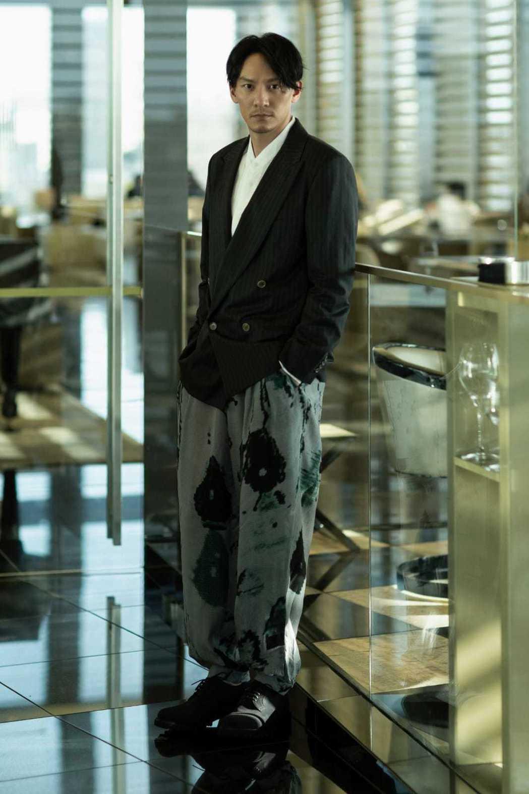 張震出席米蘭時裝週的Giorgio Armani秋冬時裝秀,並與設計大師Arma...