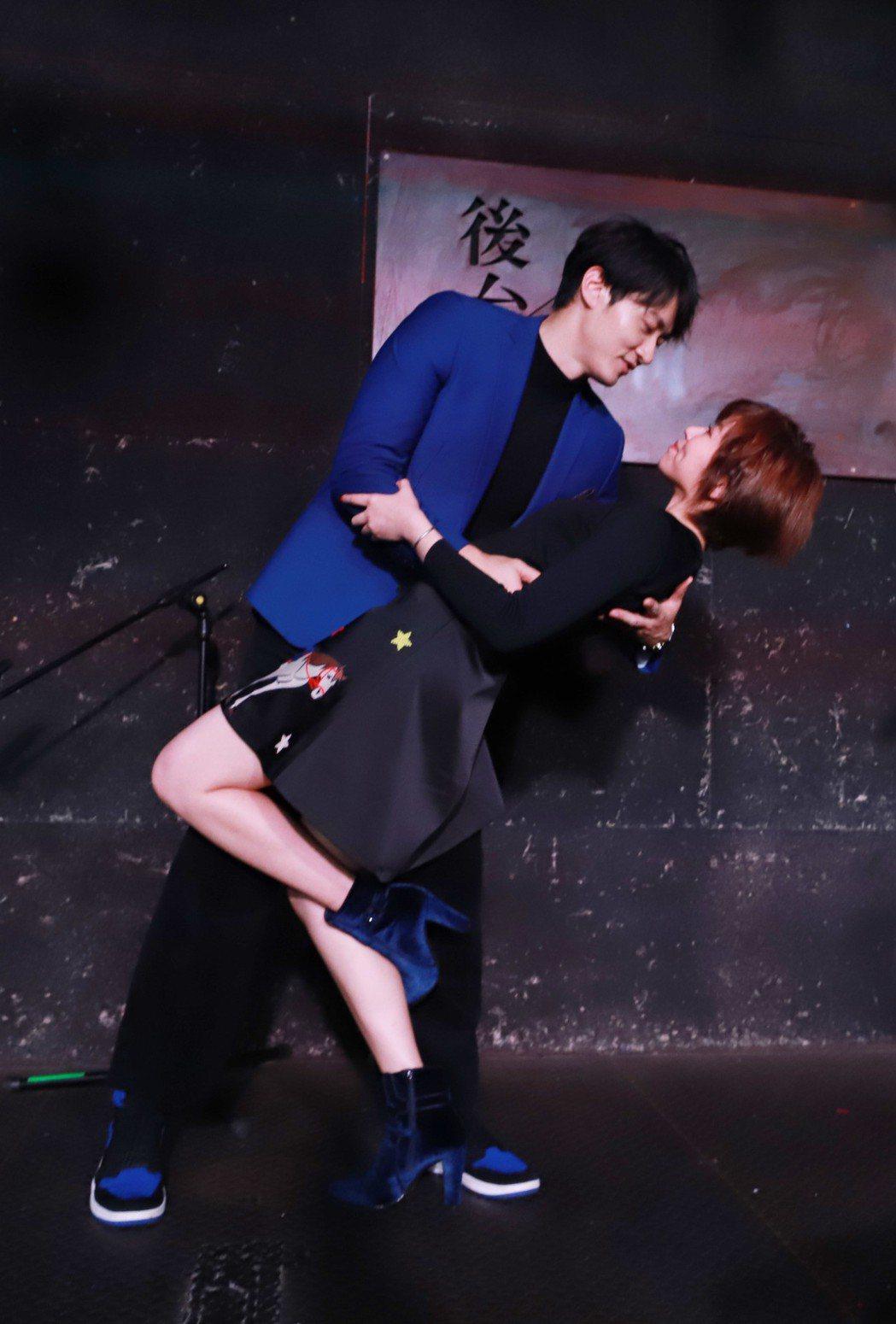 馬俊麟抱「大時代」戲中曖昧對象王瞳下腰。圖/民視提供