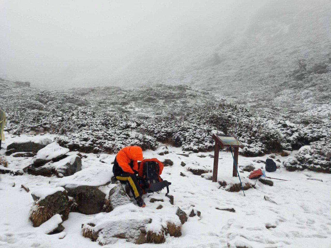 雪山地區今天降下今年第二場雪,山上一片美麗銀白世界。圖/雪霸志工錢煥欽提供