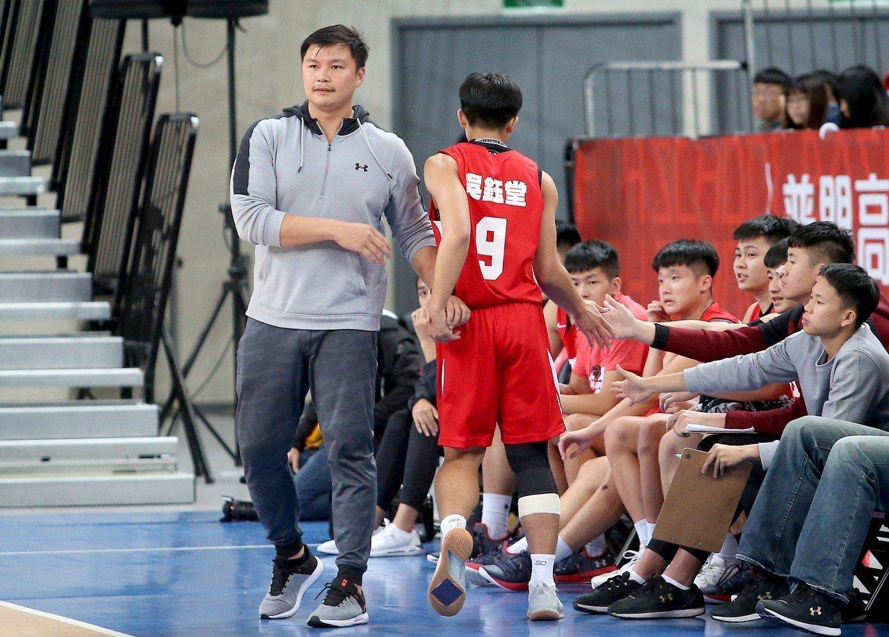 吳鈺堂8強賽第2天就傷到右膝,休息2天才再度回到戰場。記者余承翰/攝影