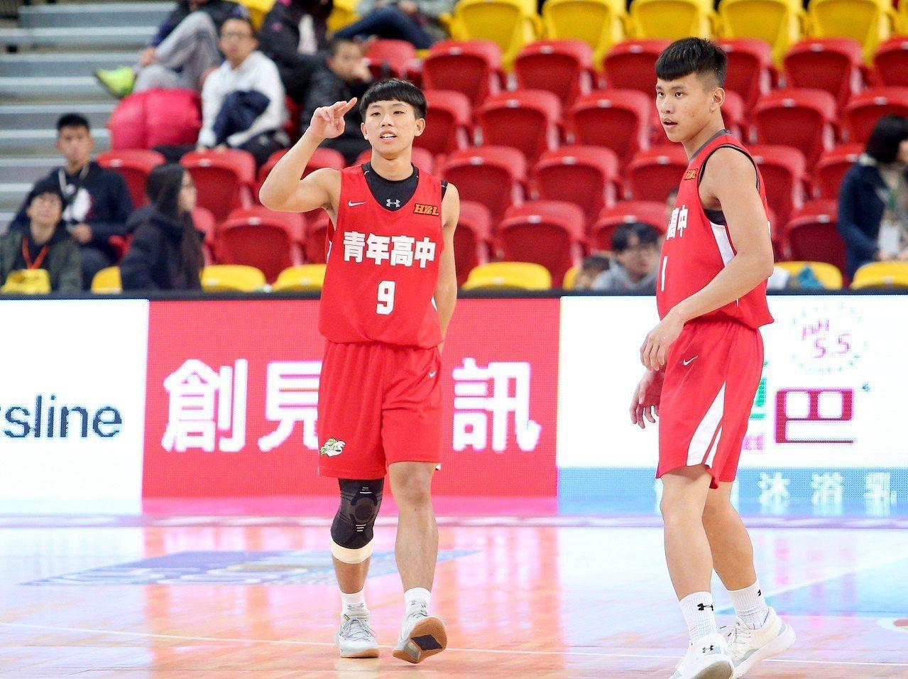 吳鈺堂(左)8強賽第2天就傷到右膝,休息2天才再度回到戰場。記者余承翰/攝影