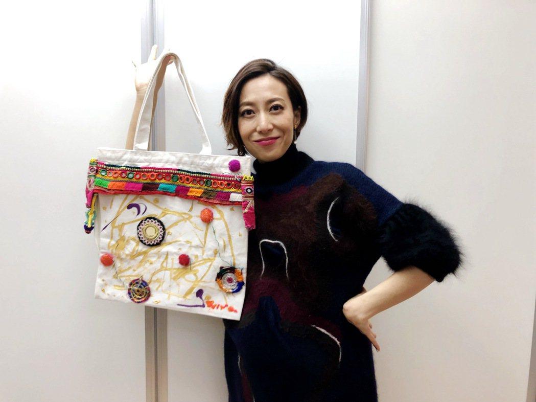 一青窈參與名人手繪包公益慈善義賣展。圖/蒂欣提供