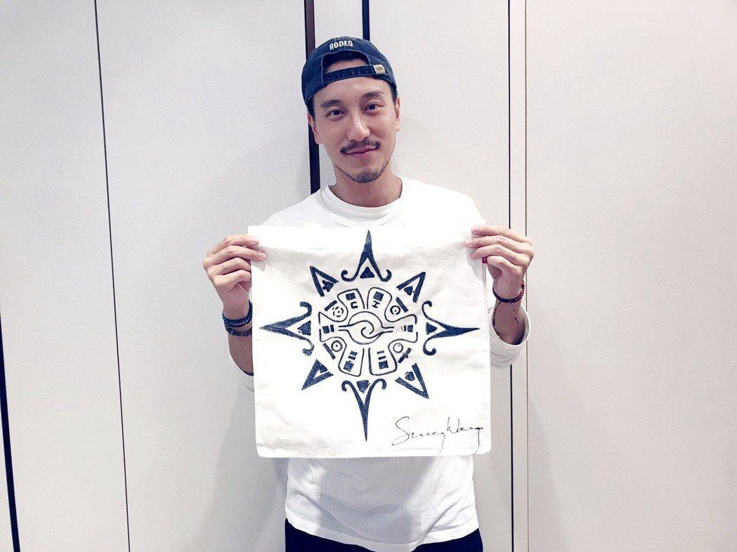 王陽明參與名人手繪包公益慈善義賣展,展示自己手繪作品。圖/蒂欣提供