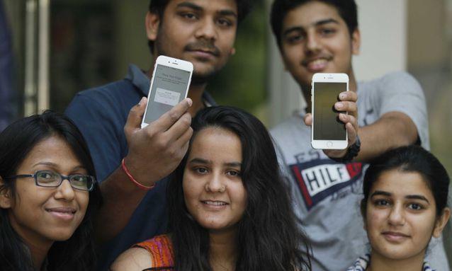 大陸品牌手機在印度、印尼、泰國等地攻城撂地,圖為印度的消費者。 圖/今日頭條龍虎...