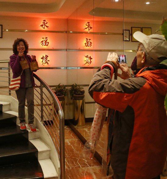 永福樓熄燈,老主顧在永福樓招牌前拍照留念。記者侯永全/攝影