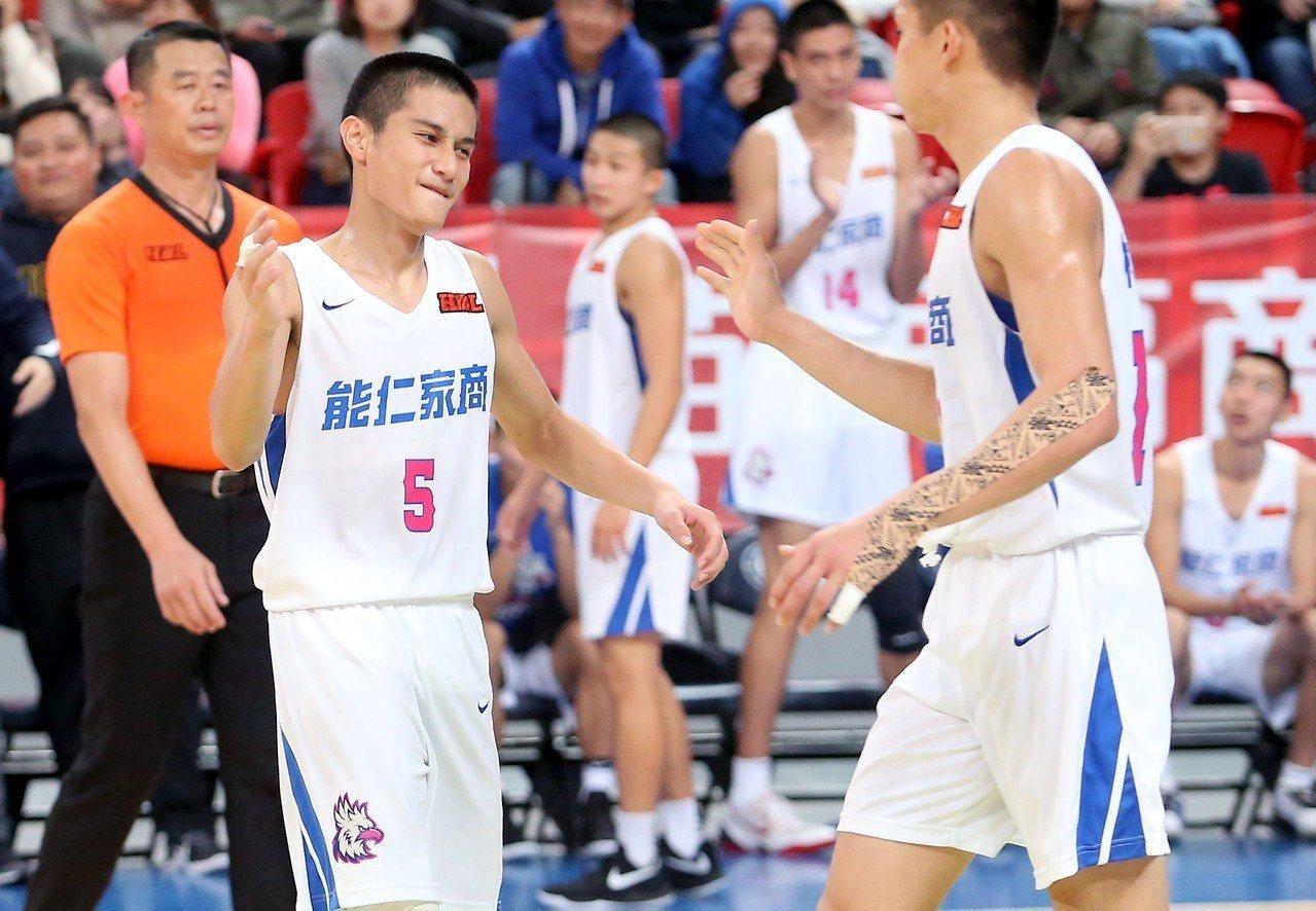 能仁家商高錦瑋(左)得到全場最高的31分,幫助球隊在延長賽中拿下勝利。記者余承翰...