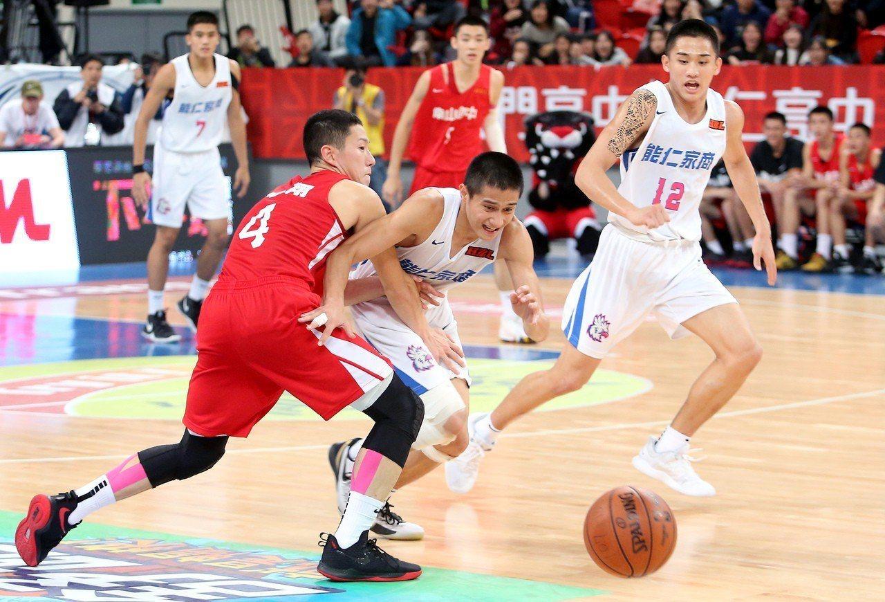 能仁家商高錦瑋(中)得到全場最高的31分,並在延長賽用抄截阻止南山高中最後一波反...