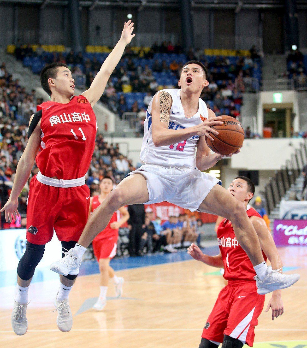 能仁家商林彥廷(右)得到21分、10籃板。記者余承翰/攝影