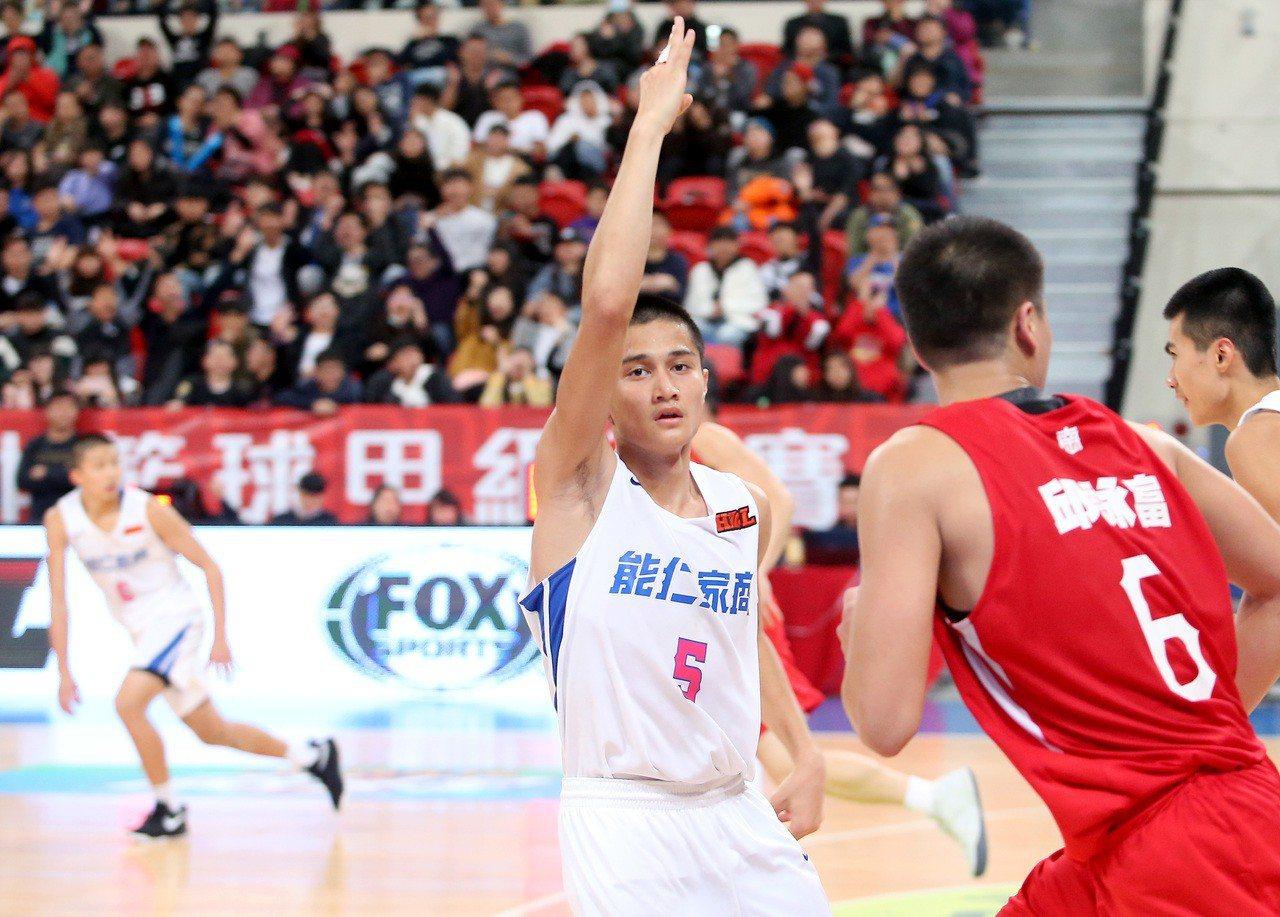 能仁家商高錦瑋(中)得到全場最高的31分,幫助球隊在延長賽中拿下勝利。記者余承翰...