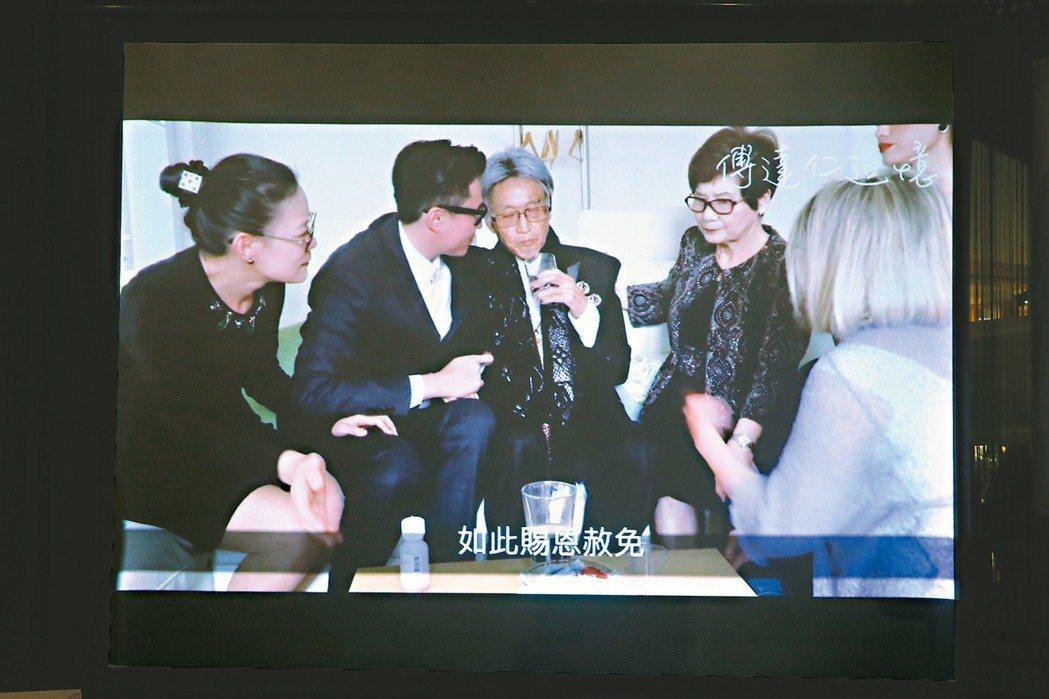 傅達仁(中)喝藥的影片被公開,希望藉此推廣安樂死議題。 記者葉信菉/翻攝