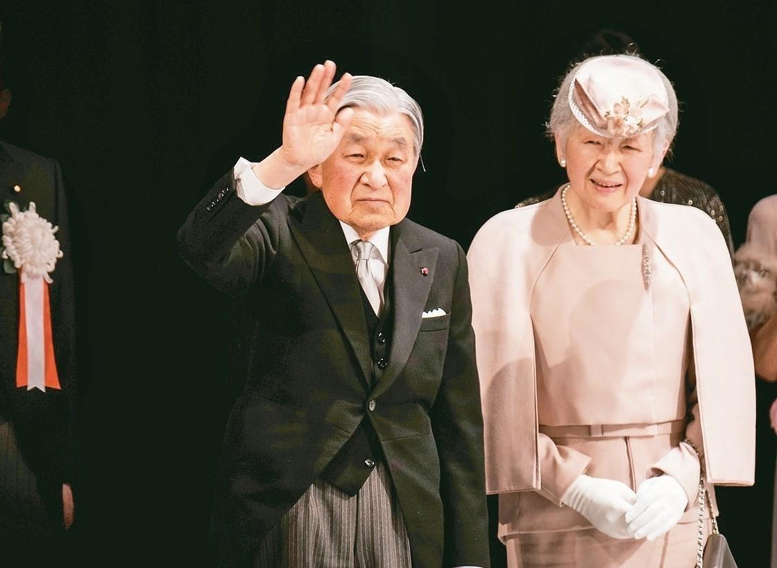 日皇明仁(中)與皇后美智子(右)。 歐新社