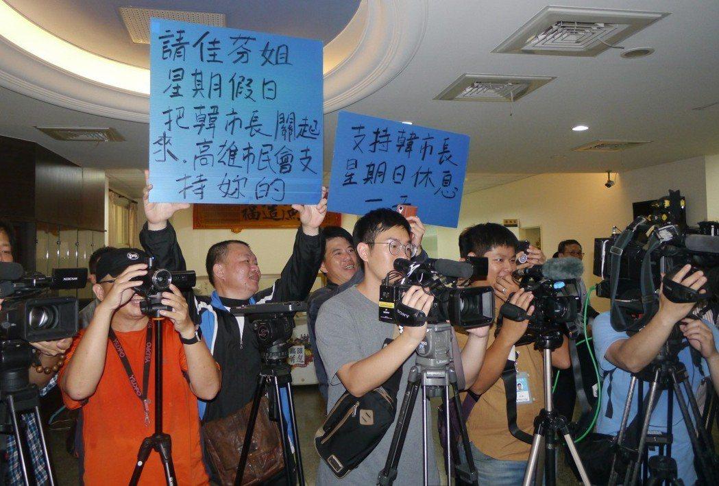高雄市長韓國瑜行程滿檔,疲憊與感冒導致聲音沙啞,支持群眾自製海報到場加油,希望市...