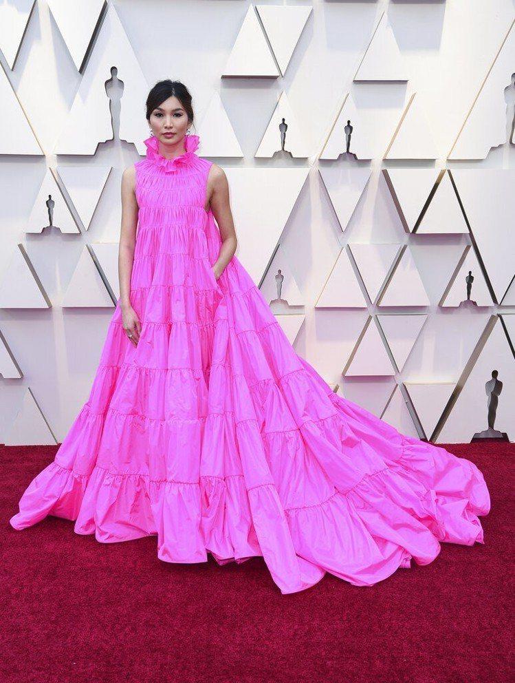 陳靜出席2019奧斯卡金像獎頒獎典禮,穿著Valentino的粉紅色高級訂製禮服...