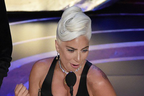 女神卡卡以「一個巨星的誕生」電影主題曲「擱淺帶」勇奪第91屆奧斯卡獎最佳原創歌曲獎,她一得知自己獲獎便激動的淚如雨下,曾獲葛萊美、金球獎肯定的她,如今終於也拿下奧斯卡獎,再度寫下影史紀錄,卡卡上台時...