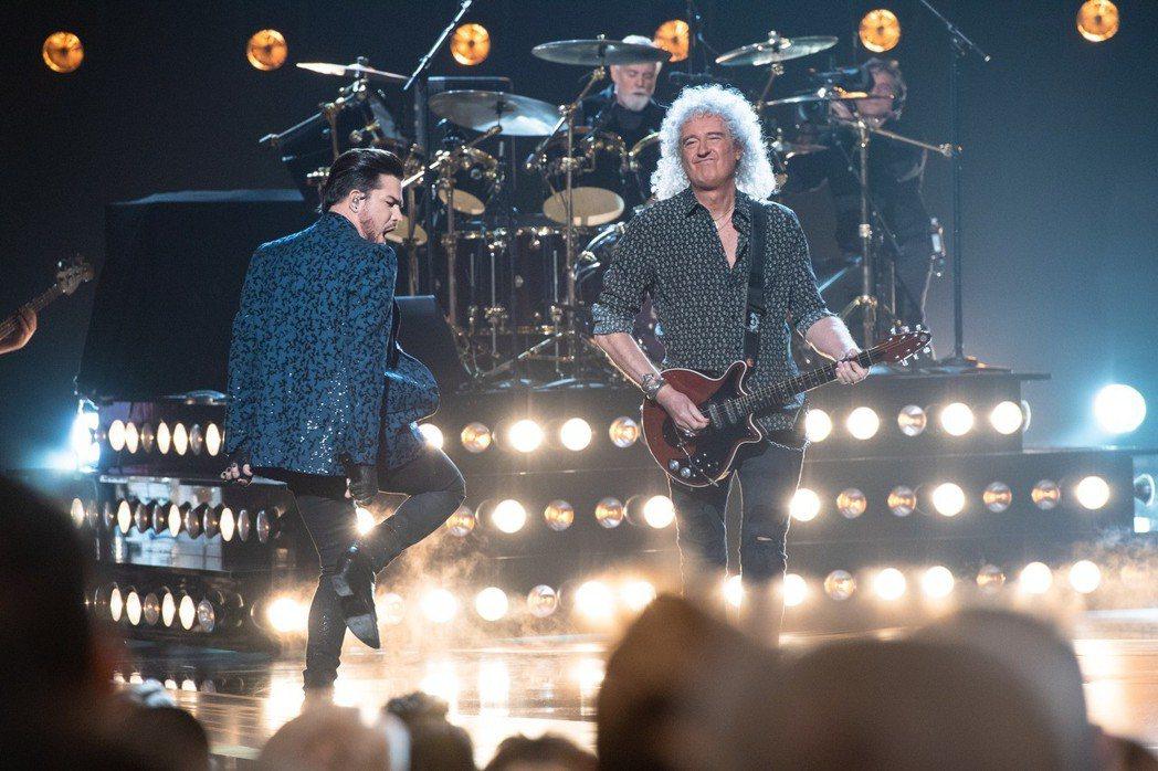 皇后合唱團吉他手布萊恩梅與「美國偶像」節目出身的亞當藍伯特當開場嘉賓。圖/路透