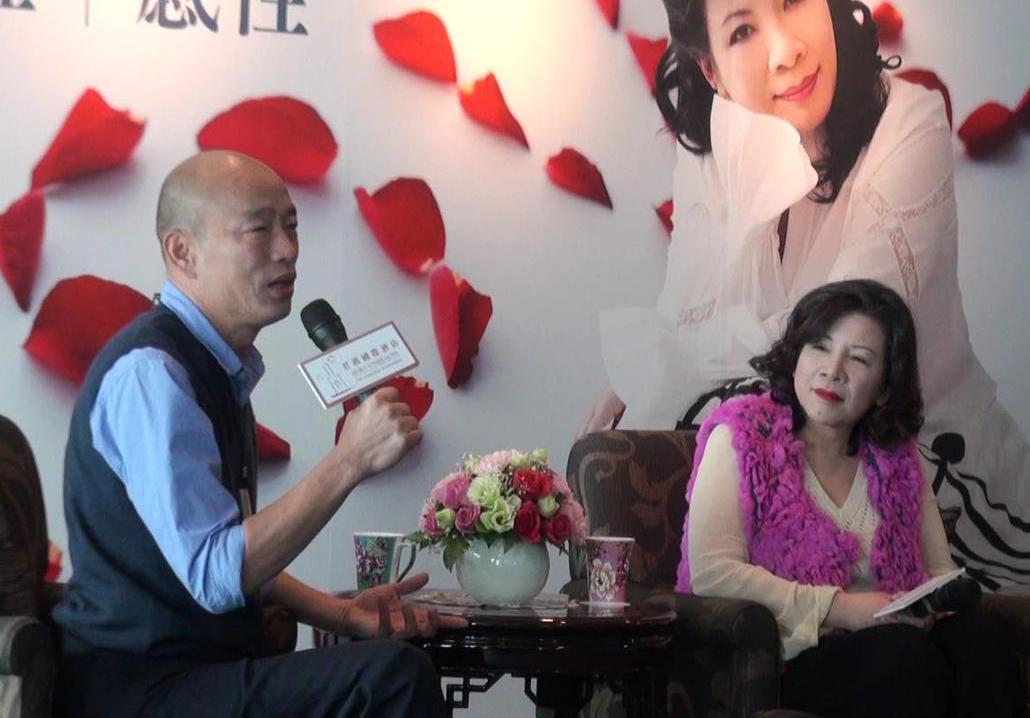高雄市2月份觀光代言人陳文茜(右)向高雄市長韓國瑜提出多項推動愛情產業的具體建議...