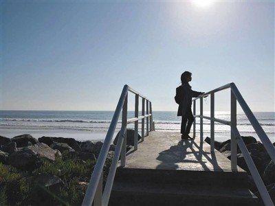 2018年小滾珠在美國取卵後,在洛杉磯的祖瑪海灘留影。 圖/擷自新京報網