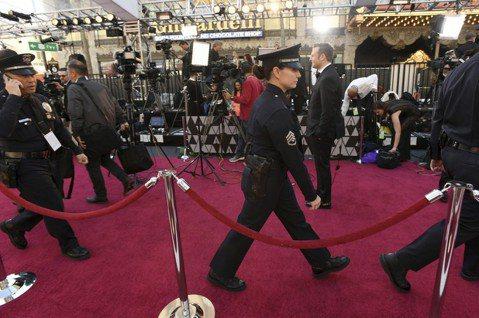 第91屆奧斯卡金像獎今天登場,世界各地的媒體記者齊聚好萊塢採訪這場年度盛會。記者進入管制區除了必備採訪證外,主辦單位對媒體服裝也有嚴格要求。「任何人穿著不合標準的服裝,影藝學院保有拒絕其入場權利」主...