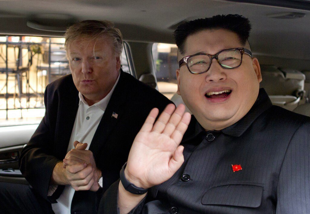 山寨版北韓領導人金正恩與美國總統川普。美聯社