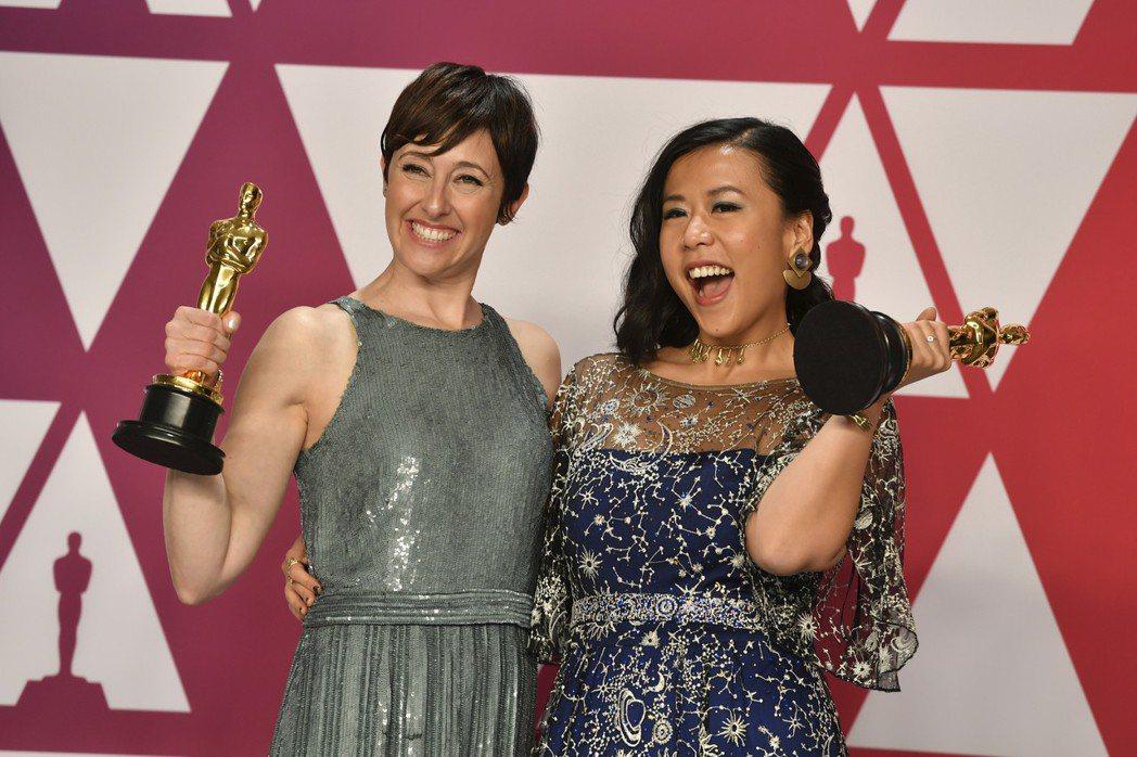 華裔動畫師石之予(右)與製片人獲得最佳動畫短片 圖/美聯社