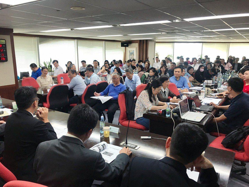 高雄市不動產開發公會舉辦「高雄2019房屋市場研討會」,會員踴躍參與。 攝影/張...
