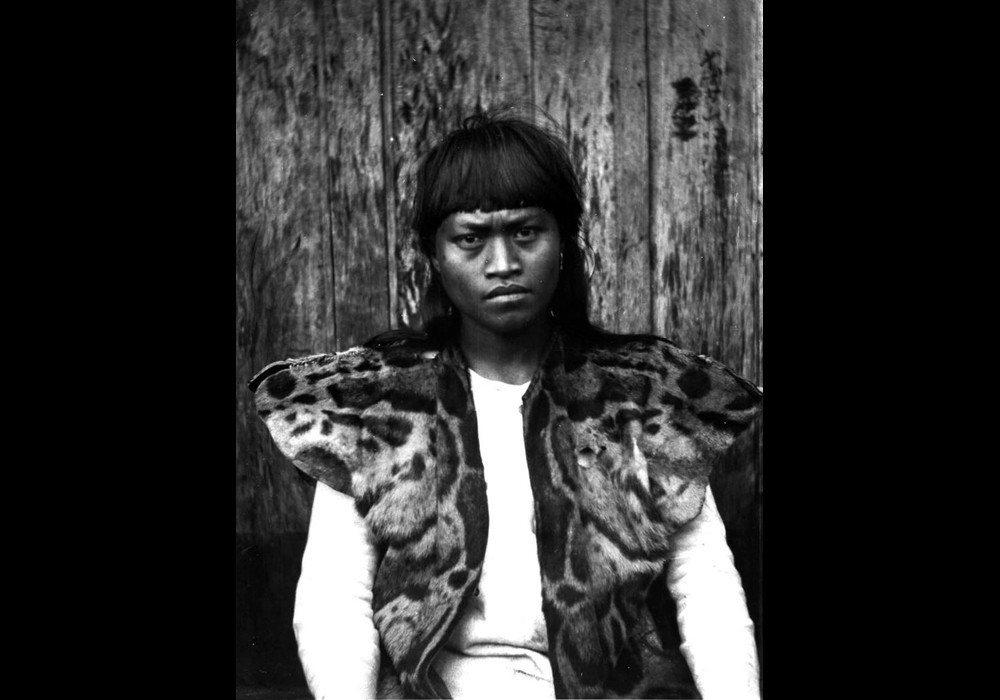 可能是魯凱族青年,肩上披著雲豹外皮。攝於1900年。 圖/維基共享