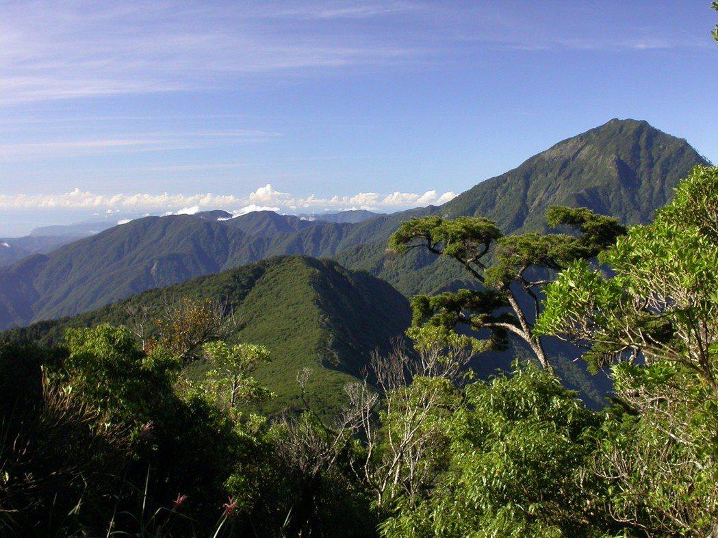 霧頭山南稜看向北大武山、茶埔岩山與魯凱聖地巴魯冠鞍部方向。照片中看得見排灣族群以...