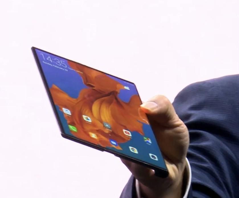 Mate X打開後的螢幕既大又薄。圖/摘自發表會
