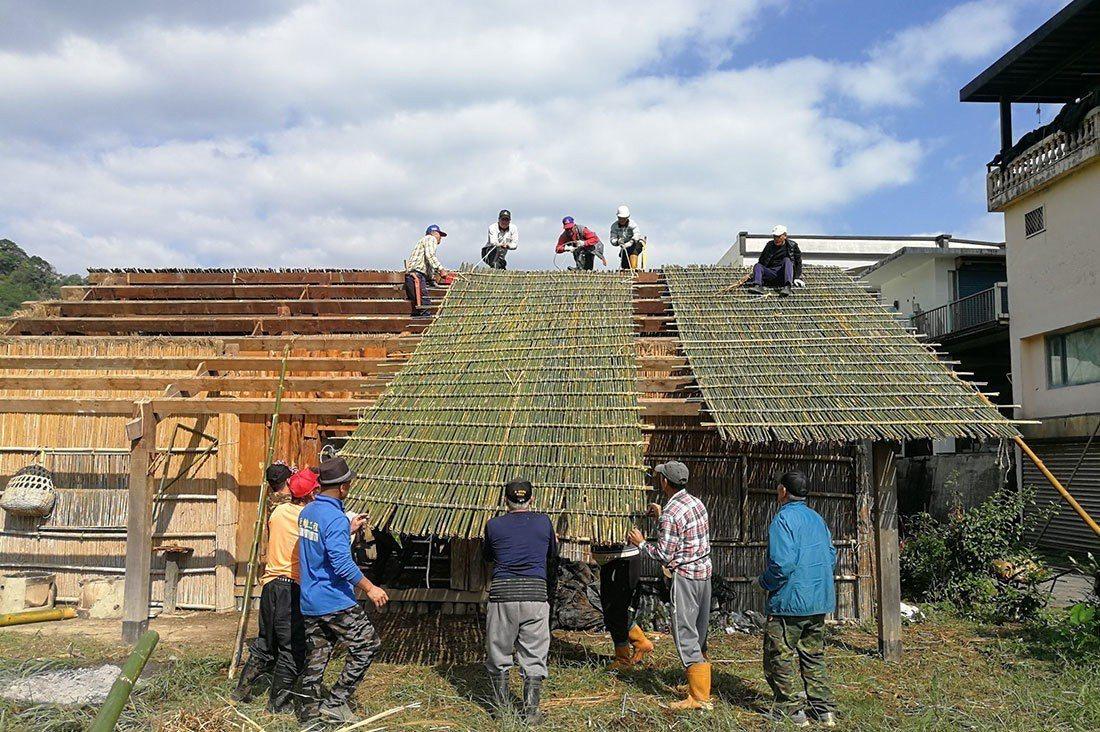 「東海岸部落工作假期」今年邀請12位在學大專院校生,到貓公部落修繕傳統屋、採集苧...
