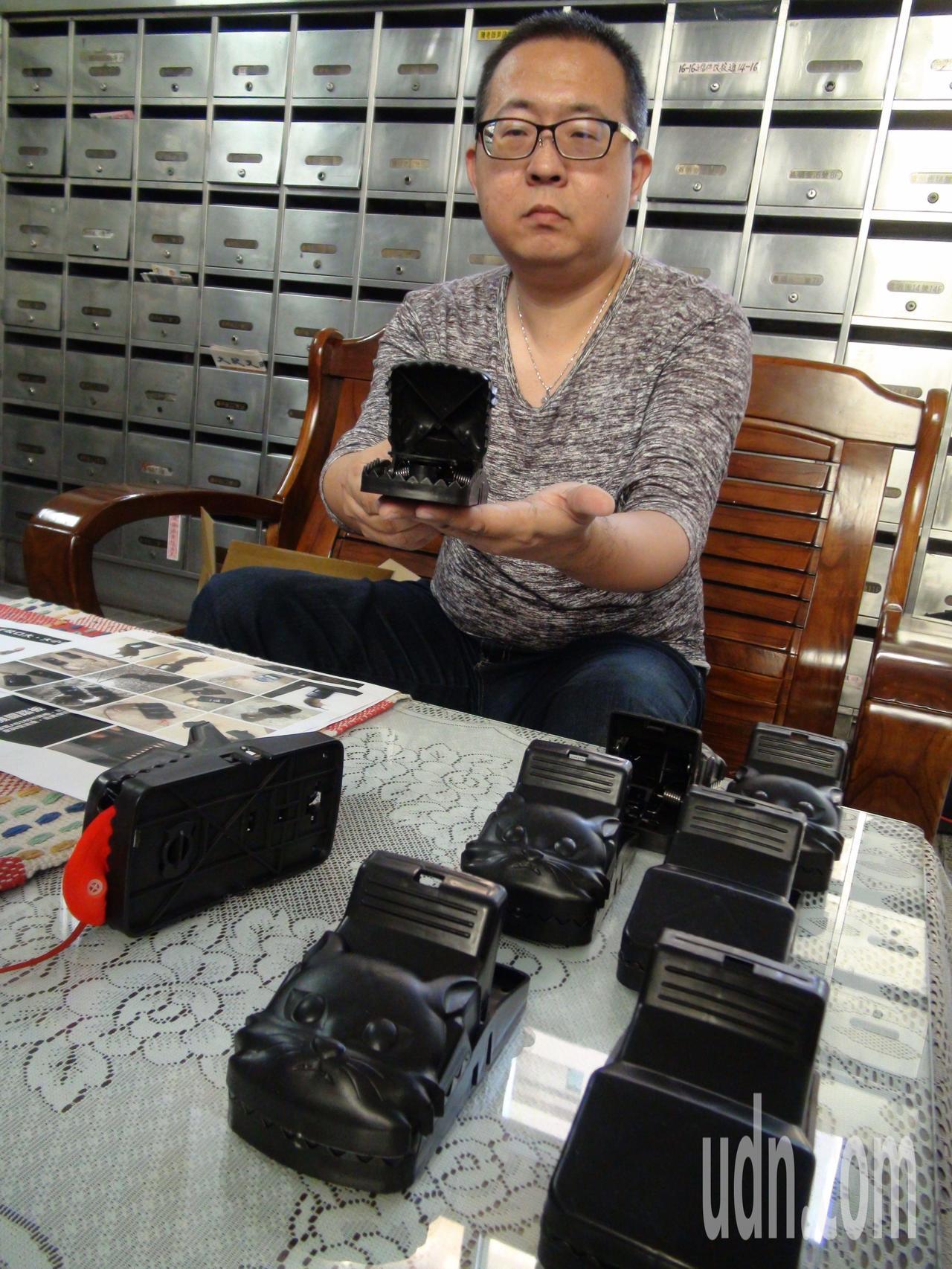 台灣動物緊急救援小組上網隨意購買市售兩款不同的類似產品。記者謝梅芬/攝影