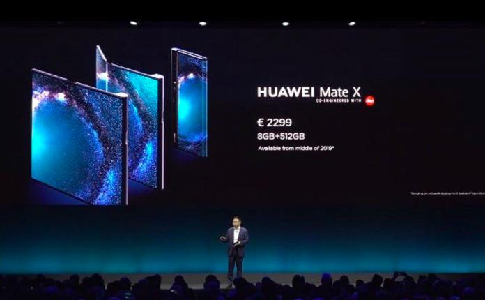 華為在MWC展前發表會發布首款5G摺疊手機。圖/擷取自新浪直播