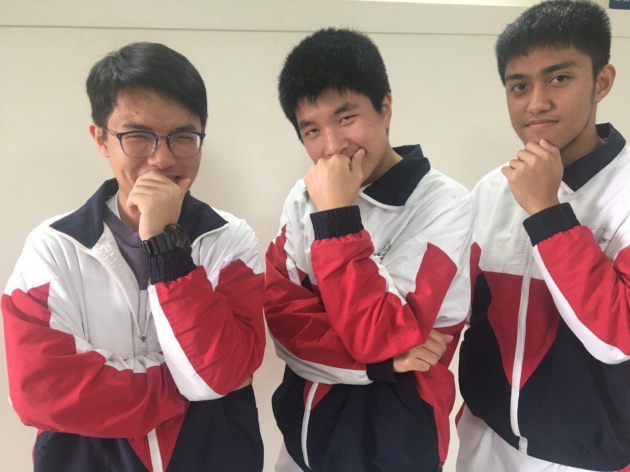 楊宇荃(左起)、袁睿廷、王傑昇學測表現出色。記者鄭國樑/攝影
