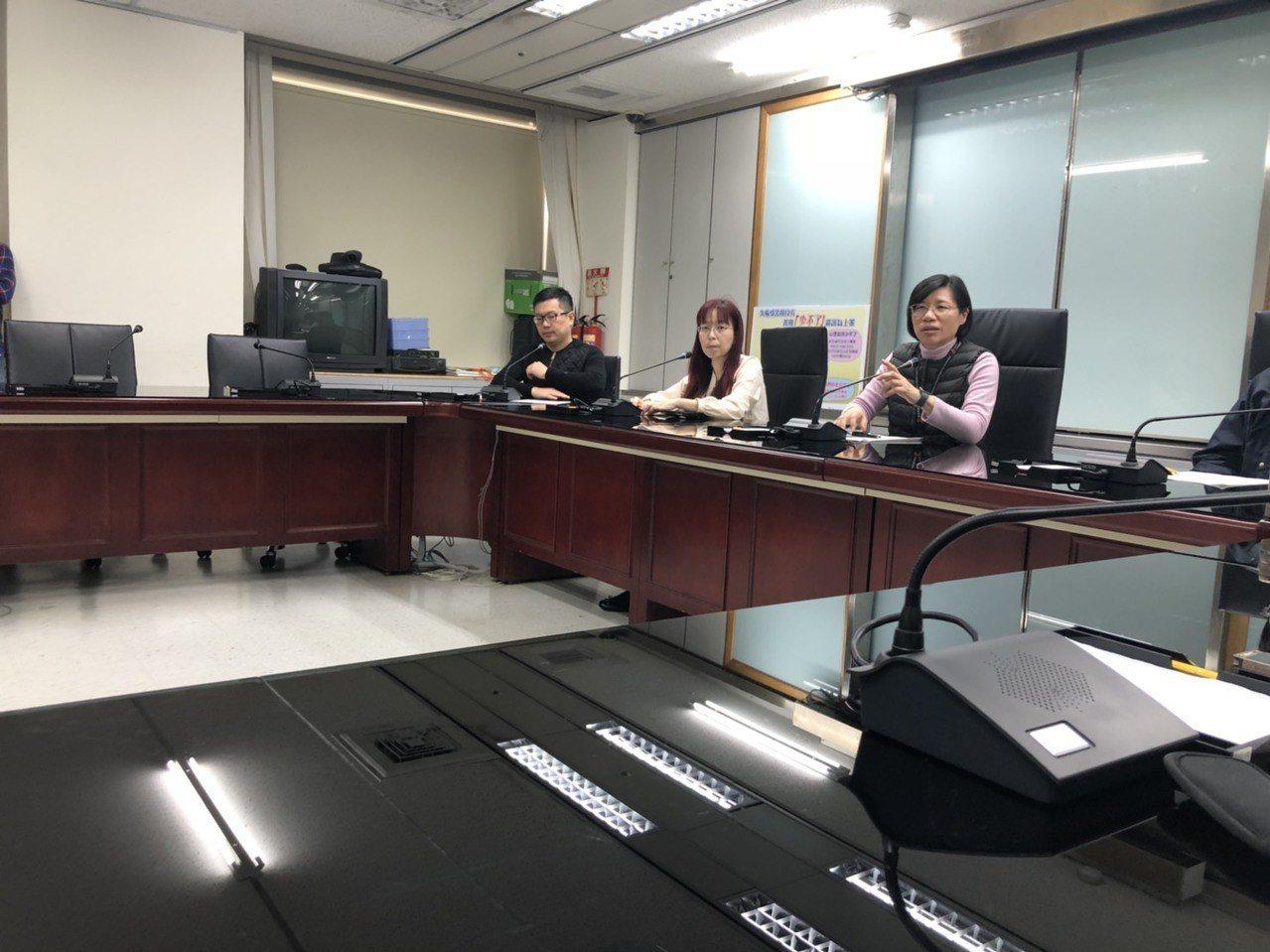 諮商師邱永林(左一)與台北市衛生局召開記者會說明企業諮商的重要性。記者陳靖宜/攝...