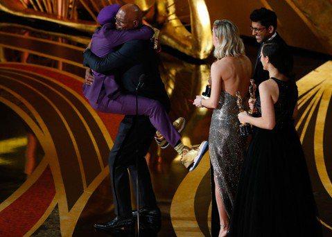 黑人名導史派克李在第91屆奧斯卡金像獎頒獎典禮憑自編自導的「黑色黨徒」獲得最佳改編劇本獎,負責頒獎的正是曾與他合作過「叢林熱」等片的老搭檔山繆傑克森與奧斯卡影后布麗拉森,當布麗打開得獎信封,立刻露出...