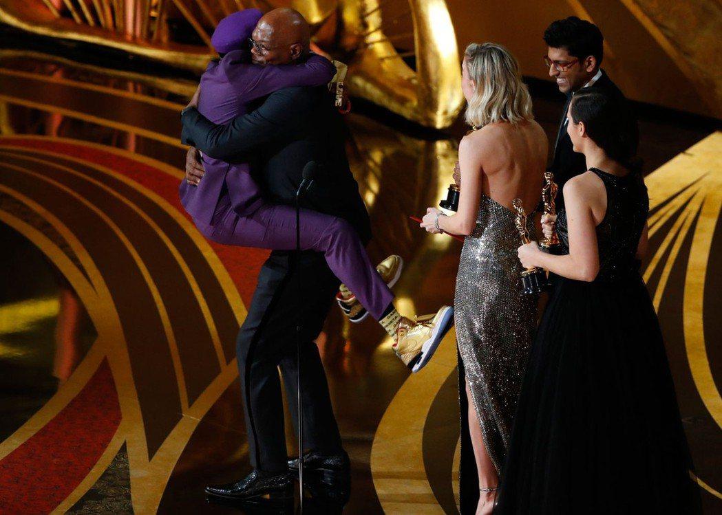 史派克李獲奧斯卡最佳改編劇本獎,在舞台上「無尾熊抱」山繆傑克森。(路透)