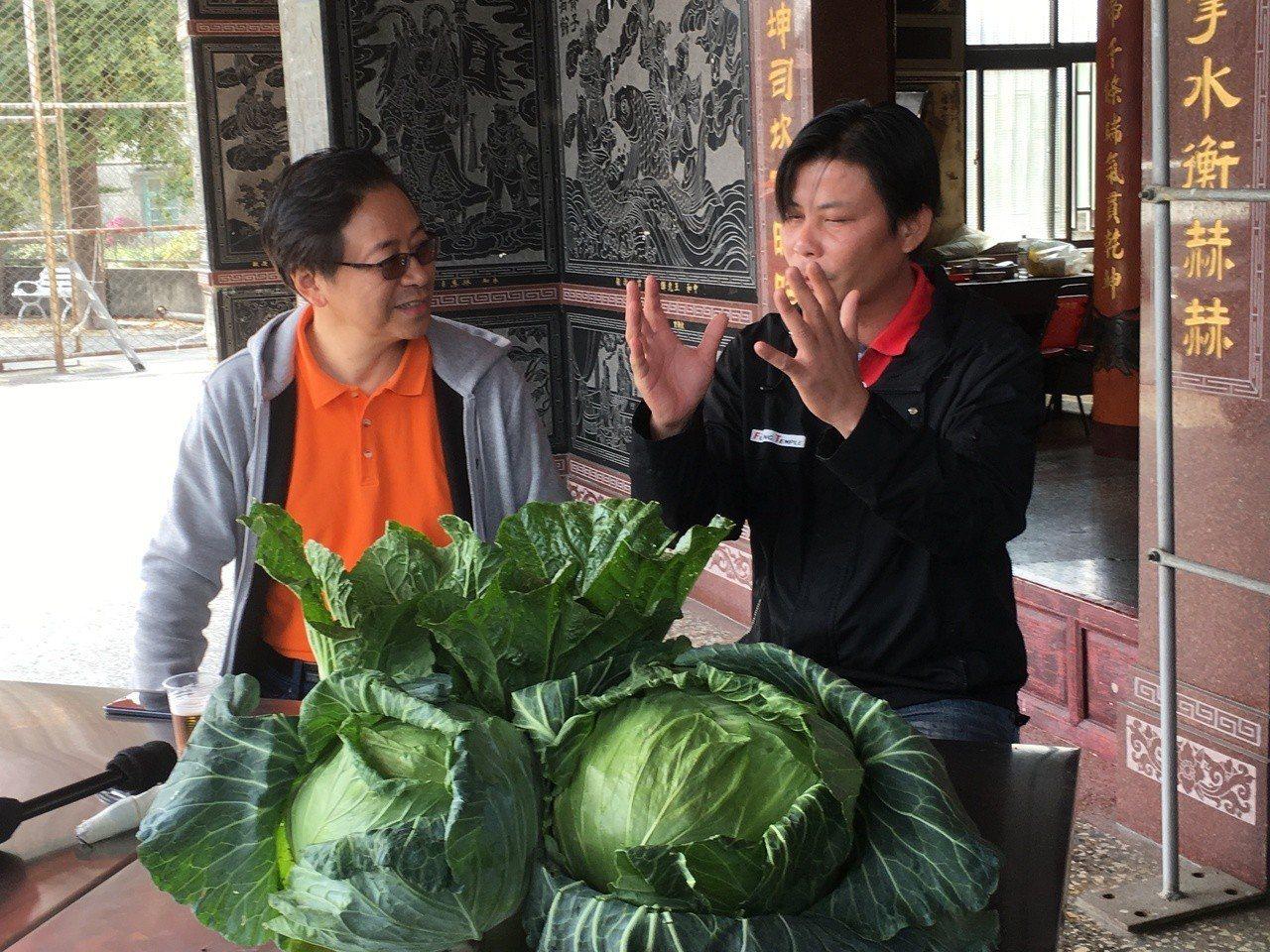 前行政院長張善政(左)下鄉雲林拜訪農民林佳新(右),交換農業政策意見。記者陳雅玲...