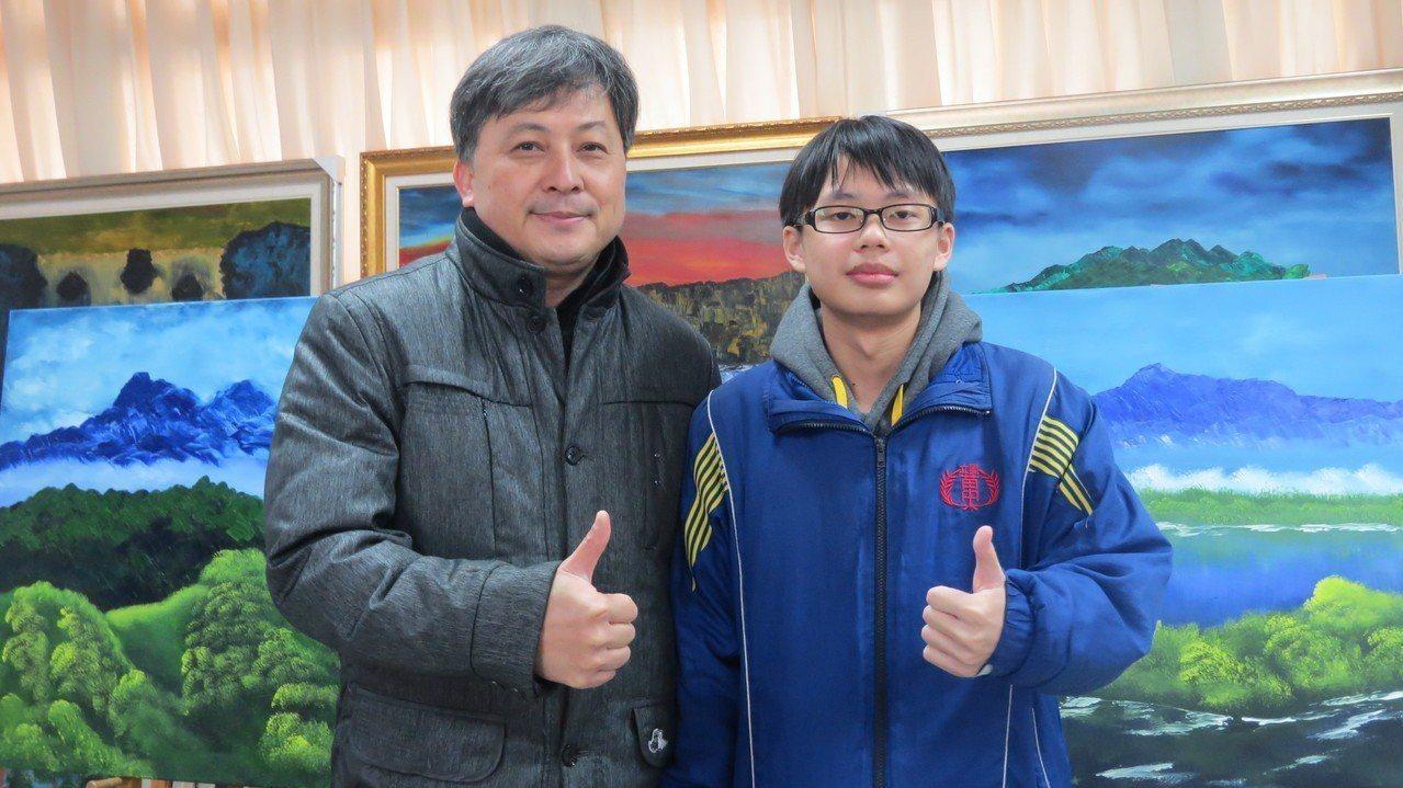 苗栗高中學測最高分黃子軒(右)創校史紀錄,校長黃國峰(左)稱讚他。記者范榮達/攝...