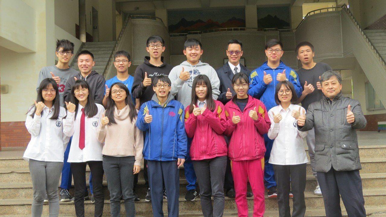 苗栗高中學測成績大幅進步,在地子弟校長黃國峰(前排右一)感欣慰。記者范榮達/攝影