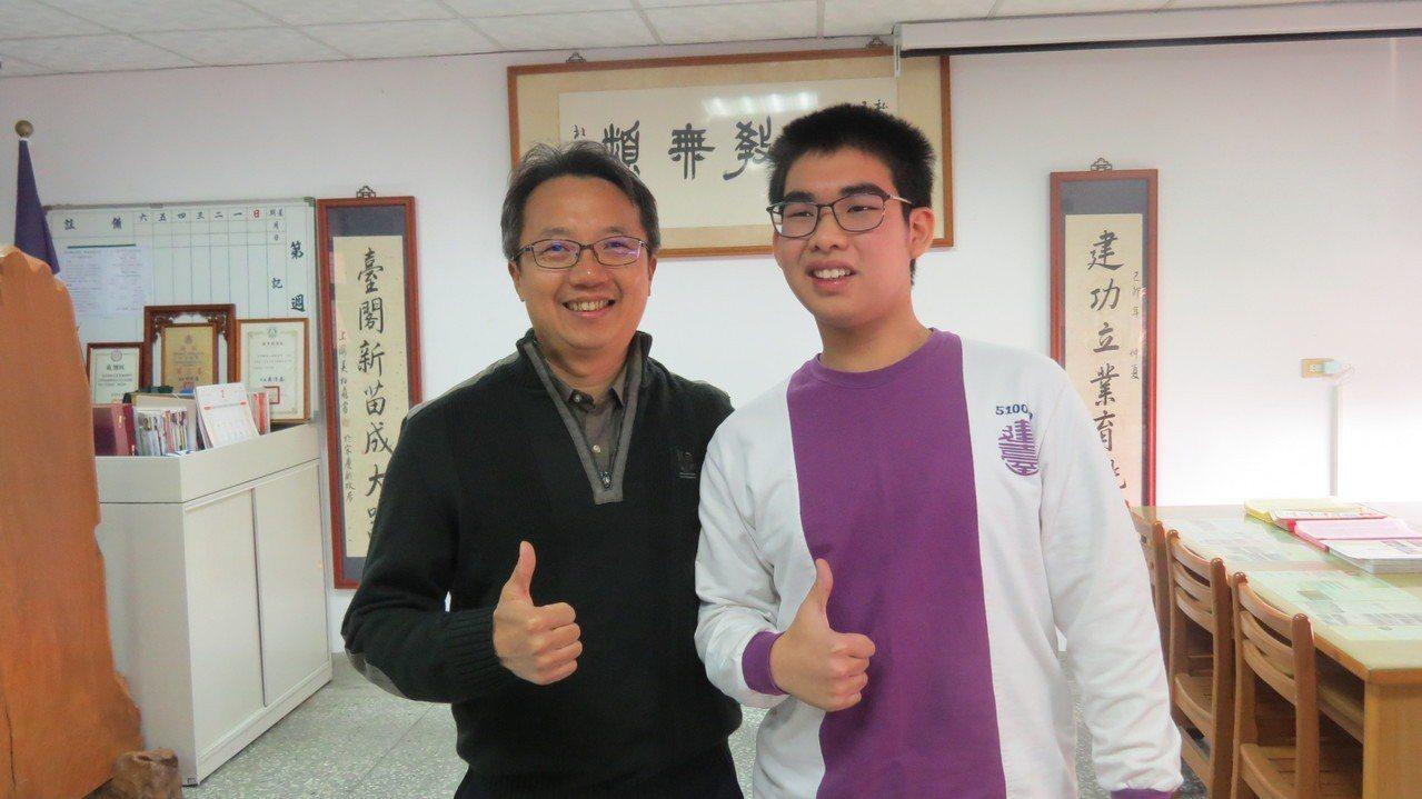 建臺高中張哲愷(右)學測拿下滿級分,校長黃添敏(左)讚譽有加。記者范榮達/攝影